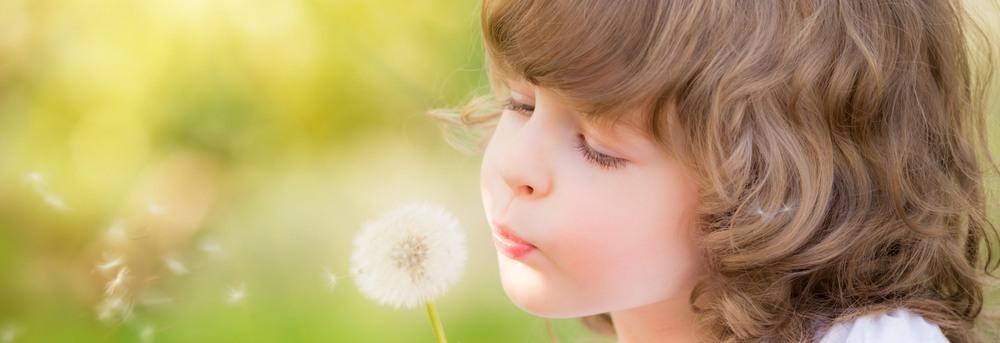 ילדה ופרח